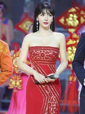 柳巖白百何章子怡劉亦菲低胸紅裙太性感,有點hold不住??!