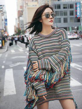 劉蕓著Stella?McCartney編織毛衣,佩戴Linda?Farrow墨鏡紐約街頭疾走,秀發飛揚超帶感