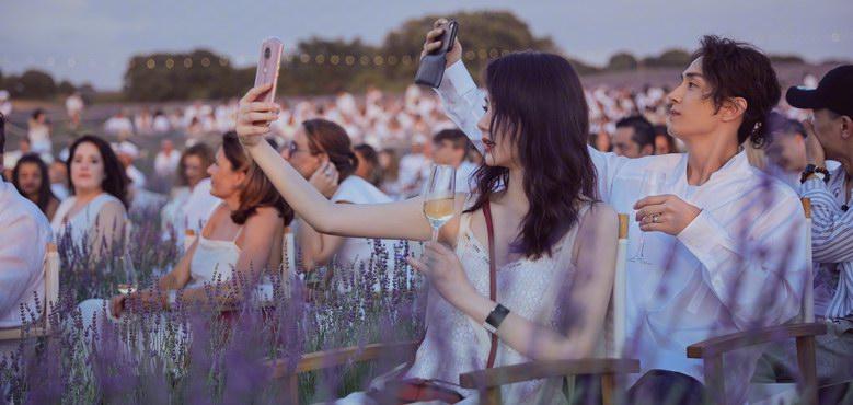 七夕礼物送什么?戚薇李承铉等明星情侣的同款美图手机