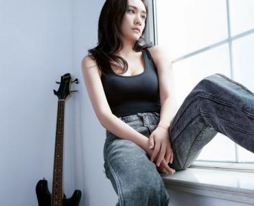 劉蕓黑色吊帶衫搭配深色牛仔長褲、亮紅色高跟鞋,盡顯酷girl氣質