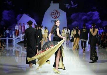 曾凤飞品牌成立十周年暨2019春夏《拾相》作品发布会北京举行